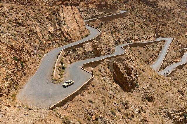 曲がりくねった道を運転するのが中間管理職の仕事