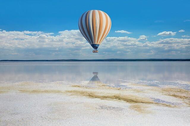 1ミリだけ海面から浮いている気球