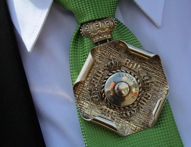 ネクタイにつけられた勲章
