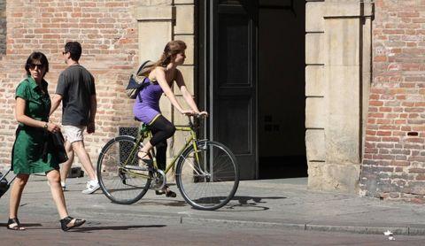クロスバイクに乗っている女性