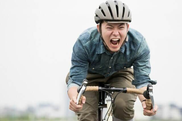自転車に乗りながら歌う人