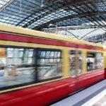 駅を通り過ぎる電車