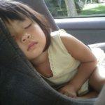 チャイルドシートで眠っている女の子