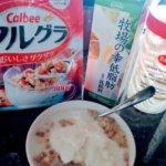 毎日朝食に食べているフルグラとイージーヨーと低脂肪乳