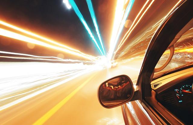 加速する車