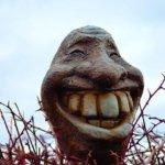 歯を出して笑う石像