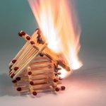 マッチで組んだ家に火がついている