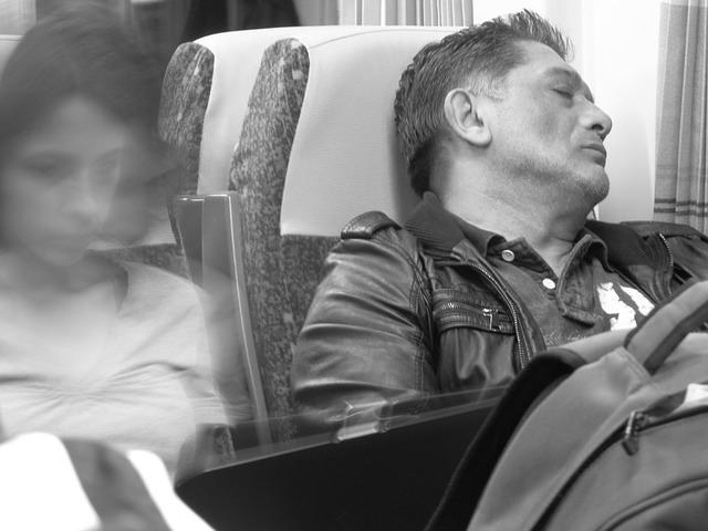 電車でいびきをかいて寝ているオヤジ